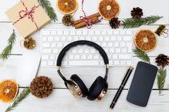 Lugar de trabajo del ` s del Año Nuevo con los auriculares y las decoraciones de la Navidad Foto de archivo
