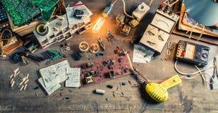 Lugar de trabajo del Vintage Electronics en laboratorio Fotos de archivo libres de regalías