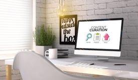Lugar de trabajo elegante con el ordenador con concepto contento del curation encendido fotografía de archivo libre de regalías