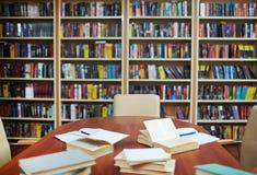 Lugar de trabajo en biblioteca imagenes de archivo