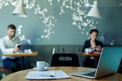 Lugar de trabajo en café Foto de archivo libre de regalías