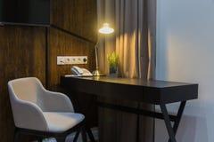 Lugar de trabajo en hotel o en casa - la lámpara está prendido fotografía de archivo libre de regalías
