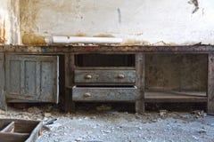 Lugar de trabajo en una fábrica abandonada Foto de archivo libre de regalías
