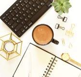 Lugar de trabajo femenino con el ordenador portátil, la taza de cacao, la flor y los relojes en un fondo blanco Imagen de archivo