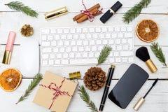 Lugar de trabajo femenino del ` s del Año Nuevo con las decoraciones y el cosm de la Navidad Imagen de archivo