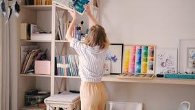 Lugar de trabajo femenino de los sketchbooks del pintor del estudio del artista metrajes