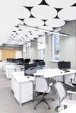 Lugar de trabajo interior de la oficina moderna vacía Foto de archivo libre de regalías