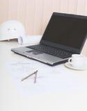 Lugar de trabajo ligero de la oficina del ingeniero con la computadora portátil Imagen de archivo