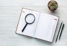 Lugar de trabajo moderno Cuaderno en la tabla de madera con muchas cosas Foto de archivo