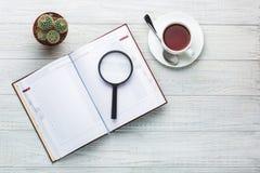 Lugar de trabajo moderno Cuaderno en la tabla de madera con muchas cosas Fotografía de archivo