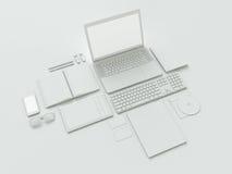Lugar de trabajo moderno de la oficina con el ordenador portátil metálico, la tableta digital, el teléfono móvil, los papeles, la Fotografía de archivo libre de regalías