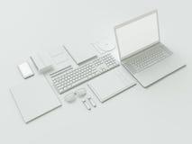 Lugar de trabajo moderno de la oficina con el ordenador portátil metálico, la tableta digital, el teléfono móvil, los papeles, la Foto de archivo libre de regalías