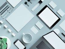 Lugar de trabajo moderno de la oficina con el ordenador portátil metálico, la tableta digital, el teléfono móvil, los papeles, la Imagenes de archivo