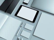 Lugar de trabajo moderno de la oficina con el ordenador portátil metálico, la tableta digital, el teléfono móvil, los papeles, la Foto de archivo