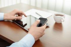 Lugar de trabajo moderno del asunto con el iPad de Apple Foto de archivo libre de regalías