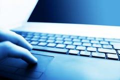 Lugar de trabajo moderno del asunto. El pulsar en el teclado Imagen de archivo