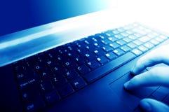 Lugar de trabajo moderno del asunto. El pulsar en el teclado Foto de archivo libre de regalías