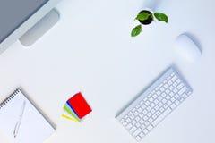 Lugar de trabajo moderno del diseñador en la tabla blanca de la oficina Fotografía de archivo libre de regalías