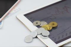 Lugar de trabajo moderno del negocio con ingenio de la aplicación de datos del mercado de acción Foto de archivo libre de regalías