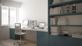 Lugar de trabajo moderno en casa minimalista, escritorio con los ordenadores, estante grande, interior blanco y azul acogedor de  imagen de archivo libre de regalías