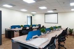 Lugar de trabajo moderno de oficina en el edificio comercial foto de archivo libre de regalías