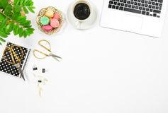 Lugar de trabajo plano del escritorio de oficina de la endecha Ordenador portátil de las galletas del café imágenes de archivo libres de regalías