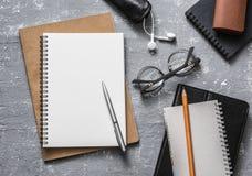 Lugar de trabajo plano de la oficina de la endecha Accesorios del negocio o de la educación - vidrios en blanco de la libreta, pl Fotografía de archivo libre de regalías