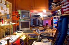 Lugar de trabajo privado tecnológico caótico Foto de archivo libre de regalías