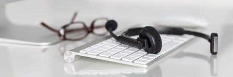 Lugar de trabajo vacío del operador del servicio del centro de atención telefónica Fotos de archivo libres de regalías