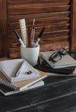 Lugar de trabajo y accesorios para entrenar, la educación y el trabajo Libros, revistas, cuadernos, plumas, lápices, tableta, vid Imagen de archivo libre de regalías