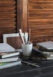 Lugar de trabajo y accesorios para entrenar, la educación y el trabajo Libros, revistas, cuadernos, plumas, lápices, tableta, vid imagen de archivo