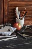 Lugar de trabajo y accesorios para entrenar, la educación y el trabajo Libros, revistas, cuadernos, plumas, lápices, tableta, vid Fotos de archivo libres de regalías