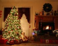Lugar del árbol de navidad y del fuego Imagenes de archivo