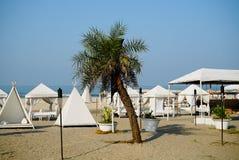 Lugar del centro turístico para el resto en la playa Foto de archivo