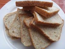 Lugar del pan del trigo integral en la placa blanca Fotografía de archivo