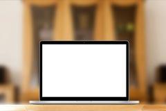 Lugar del trabajo con el ordenador portátil o el cuaderno en el escritorio Fotos de archivo libres de regalías
