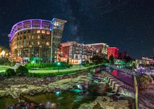 Lugar do rio ao longo de Reedy River na música de natal sul do centro de Greenville imagem de stock