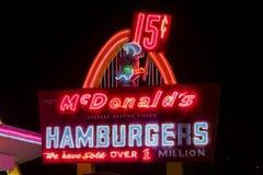 Lugar do ` s primeiro de McDonald no mundo na noite fotos de stock royalty free