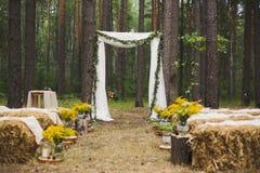 Lugar en la madera vieja del otoño para la ceremonia de boda Imagen de archivo