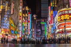 Lugar famoso da estrada de Godzilla no Tóquio de Shinjuku, Japão imagem de stock royalty free
