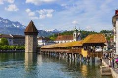 Lugar famoso del puente de la capilla en el lago Lucerna con el cielo azul en Luzer Fotos de archivo libres de regalías