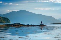 Lugar favorito dos turistas em Escócia - ilha de Skye O castelo muito famoso em Escócia chamou o castelo de Eilean Donan Nat verd fotos de stock