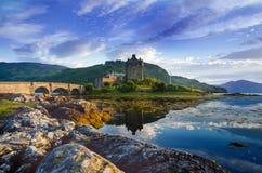 Lugar favorito dos turistas em Escócia - ilha de Skye O castelo muito famoso em Escócia chamou o castelo de Eilean Donan Nat verd fotografia de stock royalty free