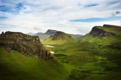 Lugar favorito dos turistas em Escócia - ilha de Skye O castelo muito famoso em Escócia chamou o castelo de Eilean Donan Nat verd foto de stock