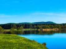 Lugar favorito no planeta a costa do lago na vila imagens de stock