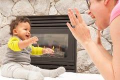 Lugar feliz del fuego del niño de la madre Imagen de archivo libre de regalías
