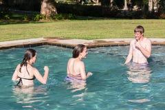 Lugar frecuentada adolescente de la piscina de la nadada de las muchachas del muchacho Fotos de archivo libres de regalías