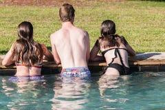 Lugar frecuentada adolescente de la piscina de la nadada de las muchachas del muchacho Imagenes de archivo