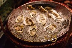 Lugar fresco das ostras na rede com gelo abaixo da linha do bufete do hotel em Hanoi, Vietname imagens de stock