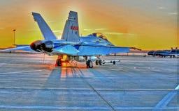 Lugar fresco do nascer do sol do deserto do nascer do sol F-18 a trabalhar imagens de stock royalty free